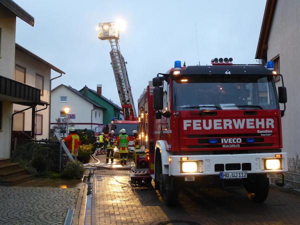 Durch lauten Krach waren die Nachbarn aufmerksam geworden. Sie riefen die Polizei wegen einer Ruhestörung. Die Beamten bemerkten schließlich das Feuer und alarmierten die Feuerwehr. Foto: Thomas Jakoby